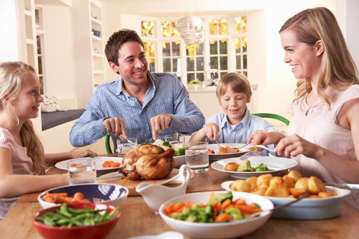 Image of parents participation in a family lunch